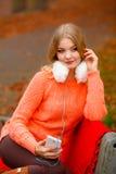 Κορίτσι που ακούει τη χαλάρωση μουσικής mp3 Στοκ Φωτογραφία