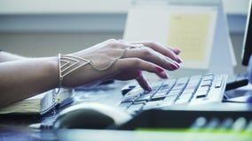 Κορίτσι που δακτυλογραφεί γρήγορα το κείμενο στο πληκτρολόγιο απόθεμα βίντεο