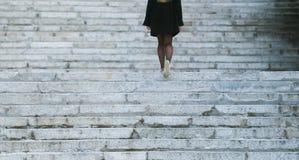 Κορίτσι που αναρριχείται στα σκαλοπάτια επάνω Στοκ Φωτογραφίες