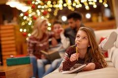 Κορίτσι που αναρωτιέται για την επιθυμία Χριστουγέννων Στοκ φωτογραφία με δικαίωμα ελεύθερης χρήσης
