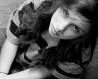 κορίτσι που ανατρέχει σοβαρό Στοκ Εικόνες