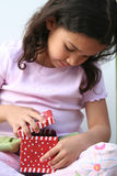 κορίτσι που ανοίγει τις &p στοκ φωτογραφίες