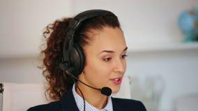 Κορίτσι που απαντά στην κλήση στην αρχή απόθεμα βίντεο