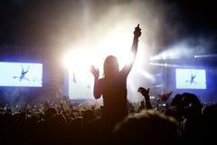 Κορίτσι που απολαμβάνει τη συναυλία φεστιβάλ μουσικής Στοκ φωτογραφία με δικαίωμα ελεύθερης χρήσης