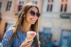 Κορίτσι που απολαμβάνει το παγωτό υπαίθρια στοκ φωτογραφία