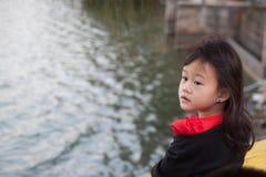 κορίτσι που απομονώνεται σκέψη άσπρος Στοκ εικόνα με δικαίωμα ελεύθερης χρήσης