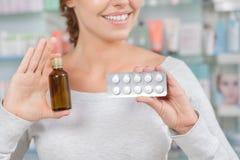 Κορίτσι που αποφασίζει τι για να αγοράσει μέσα το φαρμακείο στοκ φωτογραφία με δικαίωμα ελεύθερης χρήσης