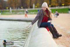 Κορίτσι που απολαμβάνει την ημέρα άνοιξη στο Παρίσι Στοκ Φωτογραφία