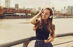 Κορίτσι που απολαμβάνει τη μουσική με τις προσοχές της ιδιαίτερες Στοκ Εικόνες