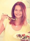 Κορίτσι που απολαμβάνει τη σαλάτα Στοκ Φωτογραφία