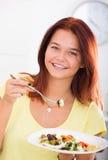 Κορίτσι που απολαμβάνει τη σαλάτα Στοκ φωτογραφία με δικαίωμα ελεύθερης χρήσης