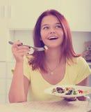 Κορίτσι που απολαμβάνει τη σαλάτα Στοκ Φωτογραφίες