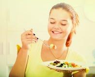 Κορίτσι που απολαμβάνει τη σαλάτα Στοκ Εικόνες