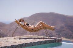 Κορίτσι που απολαμβάνει το καλοκαίρι στη λίμνη στοκ εικόνες