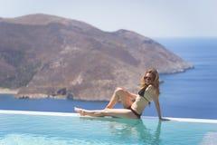 Κορίτσι που απολαμβάνει το καλοκαίρι στη λίμνη στοκ φωτογραφία με δικαίωμα ελεύθερης χρήσης