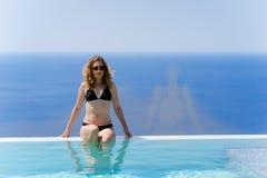 Κορίτσι που απολαμβάνει το καλοκαίρι στη λίμνη στοκ εικόνες με δικαίωμα ελεύθερης χρήσης