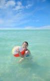 Κορίτσι που απολαμβάνει το χρόνο στον όμορφο ωκεανό Στοκ Εικόνες