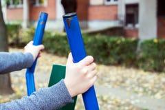 Κορίτσι που ασκεί υπαίθρια στον εξοπλισμό παιδικών χαρών γυμναστικής Στοκ εικόνες με δικαίωμα ελεύθερης χρήσης