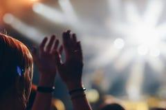 Κορίτσι που αυξάνει τα χέρια της και που απολαμβάνει μια μεγάλη συναυλία Στοκ φωτογραφία με δικαίωμα ελεύθερης χρήσης