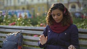 Κορίτσι που βάζει στα ακουστικά, που απολαμβάνουν την ατμόσφαιρα της αγαπημένης συναυλίας ζωνών απόθεμα βίντεο