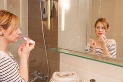 Κορίτσι που βάζει Makeup Στοκ Φωτογραφίες