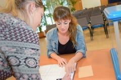 Κορίτσι που βοηθά λίγη αδελφή με την εργασία Στοκ φωτογραφίες με δικαίωμα ελεύθερης χρήσης