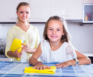 Κορίτσι που βοηθά mom το ξεσκόνισμα Στοκ Εικόνες