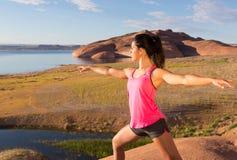 Κορίτσι που βρίσκει την ειρήνη στη λίμνη Powell Στοκ Εικόνα