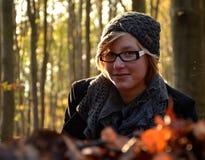 Κορίτσι που βρίσκεται στα από οξυά φύλλα αναπάντεχου κέρδους Στοκ φωτογραφία με δικαίωμα ελεύθερης χρήσης