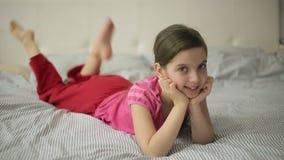 Κορίτσι που βρίσκεται στα πόδια κινήσεων κρεβατιών απόθεμα βίντεο