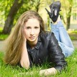 Κορίτσι που βρίσκεται στη χλόη Στοκ εικόνα με δικαίωμα ελεύθερης χρήσης