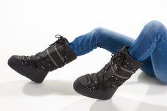 Κορίτσι που βρίσκεται στις μπότες φεγγαριών Στοκ Εικόνα