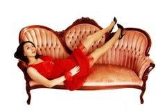 Κορίτσι που βρίσκεται στον καναπέ. Στοκ φωτογραφία με δικαίωμα ελεύθερης χρήσης