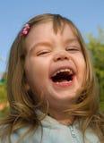 κορίτσι που γελά ελάχισ&tau Στοκ Φωτογραφία