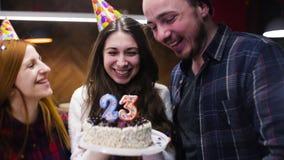 Κορίτσι που γιορτάζει τα γενέθλιά της με τους φίλους σε έναν καφέ απόθεμα βίντεο