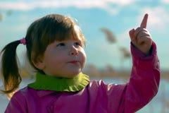 κορίτσι που δείχνει τον ουρανό Στοκ Εικόνες