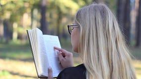 Κορίτσι που διαβάζει ένα βιβλίο στο δάσος φιλμ μικρού μήκους