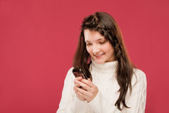 κορίτσι που διαβάζεται sms Στοκ φωτογραφίες με δικαίωμα ελεύθερης χρήσης