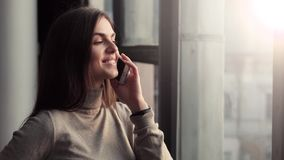Κορίτσι που διοργανώνει την τηλεφωνική συζήτηση απόθεμα βίντεο