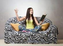 Κορίτσι που εκθέτει ένα ποίημα στοκ εικόνα με δικαίωμα ελεύθερης χρήσης