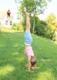 Κορίτσι που εκπαιδεύει handstand Στοκ εικόνα με δικαίωμα ελεύθερης χρήσης