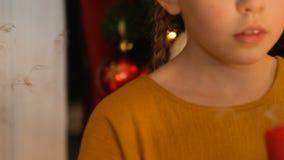 Κορίτσι που εκρήγνυται το κερί, που κάνει την επιθυμία στα Χριστούγεννα, πίστη στο θαύμα, κινηματογράφηση σε πρώτο πλάνο φιλμ μικρού μήκους