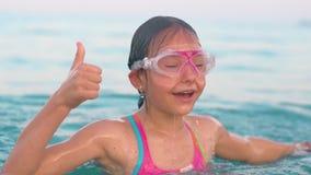 Κορίτσι που εκφράζει τις θετικές συγκινήσεις από την κολύμβηση και την κατάδυση στη θάλασσα απόθεμα βίντεο