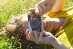 Κορίτσι που εναπόκειται στη κάμερα ταινιών Στοκ Εικόνα