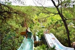Κορίτσι που εξερευνά εγκαταλειμμένη waterpark στο Βιετνάμ Στοκ Εικόνες