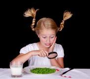 Κορίτσι που εξετάζει τα προγραμματιστικά λάθη στον πίνακα με την ενίσχυση - γυαλί Στοκ Φωτογραφία