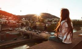 Κορίτσι που εξετάζει την πόλη Στοκ φωτογραφία με δικαίωμα ελεύθερης χρήσης