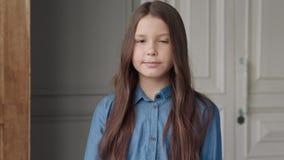 Κορίτσι που εξετάζει τη κάμερα ή το πορτρέτο του όμορφου χαριτωμένου κοριτσιού φιλμ μικρού μήκους