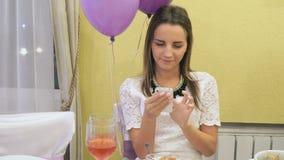 Κορίτσι που εξετάζει τις εικόνες σε ένα κινητό τηλέφωνο απόθεμα βίντεο