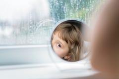 Κορίτσι που εξετάζει τον καθρέφτη Στοκ Φωτογραφία